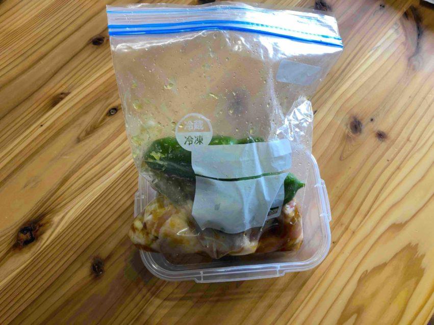1週間のレシピを作り置きした冷凍用に保存袋に入れた食材の写真
