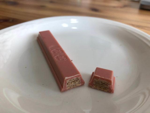 キットカット ショコラトリー:ストロベリーを切った断面図